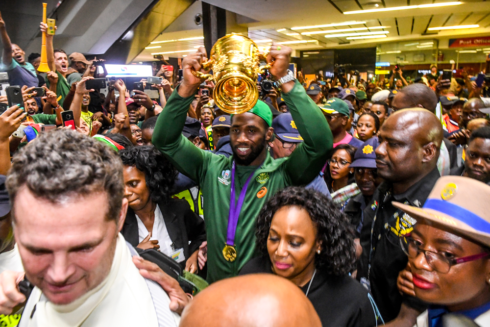 Siya Kolisi hoists the Rugby World Cup after returning to South Africa. Photo: Getty Images
